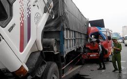 Tai nạn nghiêm trọng, xe khách nát đầu, nhiều người nhập viện