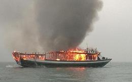 Tàu du lịch bốc cháy ngùn ngụt và chìm hẳn trên vịnh Hạ Long