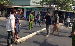 Nhóm thanh niên khiêng 3 cột điện chắn đường để xin đểu