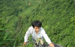 Hình ảnh trẻ vùng cao liều mình mưu sinh trên… vách núi