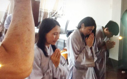 Mẹ Công Vinh mua vàng, vợ chồng Thủy Tiên tụng kinh trước đám cưới