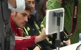 Kỹ năng móc túi dở tệ của Iker Casillas
