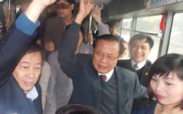 Bí thư Hà Nội đứng mưa chờ xe buýt
