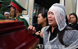 Vợ chiến sĩ tử nạn ôm chặt lấy linh cữu khi anh trở về với đất mẹ