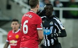 """Bị phạt nặng vì dám """"bật"""" sao Man United"""