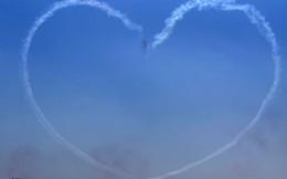 24h qua ảnh: Máy bay phun khói vẽ hình trái tim trên bầu trời