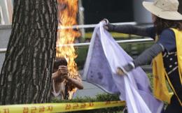 24h qua ảnh: Một người Hàn Quốc tự thiêu ngoài Đại sứ quán Nhật