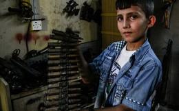 24h qua ảnh: Cậu bé giúp cha sửa vũ khí để chống IS