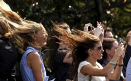 24h qua ảnh: Chuyên cơ Tổng thống Mỹ thổi bay tóc các cô gái