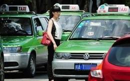 Lái xe taxi đánh võng, phanh gấp, vừa đi vừa chửi khách