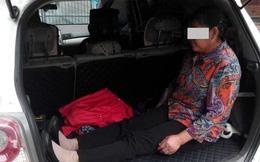 Mẹ già bị con trai ép ngồi trong cốp xe, nhường chỗ cho cháu ngủ