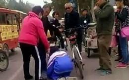 Clip: Cụ ông bạo hành em nhỏ ngay giữa phố gây tranh cãi