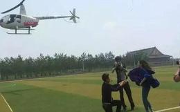 Sinh viên thuê trực thăng cầu hôn bạn gái trên sân trường