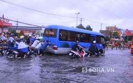 Người dân hì hục đẩy ô tô giữa dòng nước ngập ở TPHCM