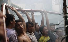Cháy lớn đường Bến Vân Đồn cả khu phố tham gia dập lửa
