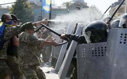 Đụng độ, hỗn loạn bên ngoài tòa nhà Quốc hội Ukraine