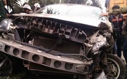 Thanh Hóa: Va chạm xe tải, xe con nát bét đầu, tài xế thoát chết kỳ diệu