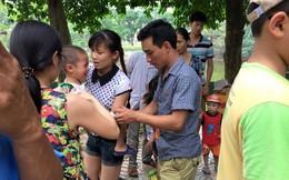 Bé trai bị khỉ cắn rách tay ở vườn thú Hà Nội