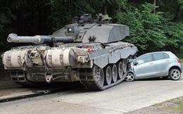 Đức: Thiếu nữ thoát chết khi lao ô tô vào xe tăng
