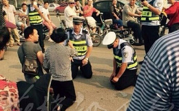 Vụ CSGT quỳ gối trước người vi phạm gây xôn xao dư luận