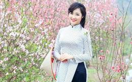 Á khôi Hồng Nhung khoe sắc bên vườn đào xuân