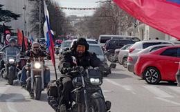 """""""Không giống Mỹ, 'đội cận vệ Putin' chỉ đi xe máy và mang hoa"""""""