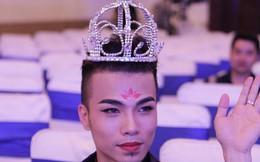 """Kenny Sang đội vương miện, điệu đà đi nhận giải """"Hot facebooker"""""""