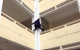Rùng mình trước cảnh nữ sinh leo qua ban công tầng 2