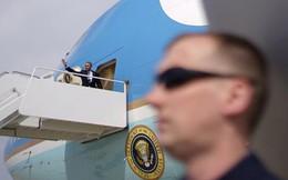 24h qua ảnh: Mật vụ đứng bảo vệ cạnh chuyên cơ Tổng thống Obama