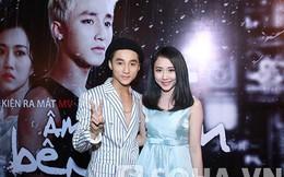 """Sơn Tùng khoe """"người yêu"""" hot girl tại buổi họp báo"""