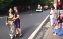 Sửng sốt ứng xử của dân mạng về clip 2 phụ nữ chặn đoàn diễu binh