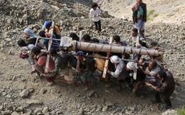 24h qua ảnh: Chiến binh Yemen vác nòng pháo lên núi chống phiến quân