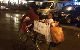 Xót lòng hình ảnh mẹ đèo con bằng thùng xốp giữa phố Hà Nội