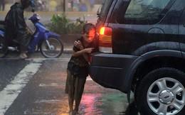 Đau đớn cảnh đứa bé sưởi ấm bằng ống xả xe hơi