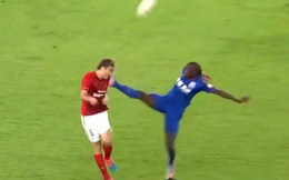 CLIP: Cựu sao Chelsea tung cước hạ gục cầu thủ Trung Quốc