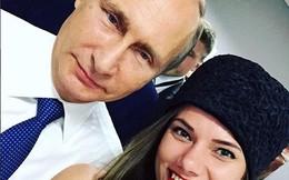 """Tổng thống Putin chụp ảnh """"tự sướng"""" với người mẫu xe đua"""