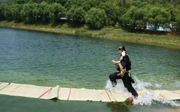 Kinh ngạc với màn biểu diễn ăn mặc kỳ quái, chạy bộ trên mặt nước