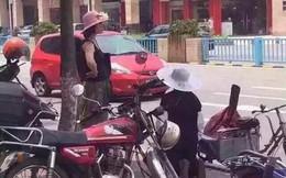 Quỳ gối tủi nhục van xin cô gái trẻ vì lỡ làm xước xe ô tô
