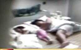 Thắt lòng trước cảnh bé 4 tuổi bị người giúp việc hành hạ dã man