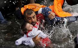 24h qua ảnh: Ông bố di cư vất vả bế con thoát khỏi thuyền quá tải