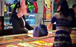 """Choáng với """"khách Vip"""" ném cả nắm tiền vào mặt nhân viên bán hàng"""