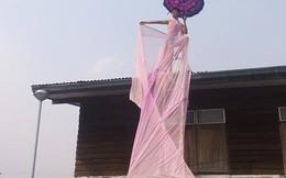 Chàng trai 15 tuổi mặc váy trèo cây, leo nóc nhà diễn thời trang