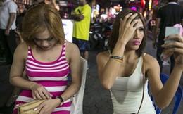 Cuộc sống của những người chuyển giới đi bán dâm tại phố đèn đỏ Thái Lan