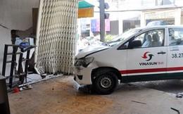 Taxi đâm thủng 2 nhà dân trong buổi sát hạch tài xế
