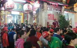 Xếp hàng trắng đêm dâng lễ tại chùa Bà cầu may