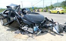 Xe giường nằm đâm nát ô tô con, 4 người chết tại chỗ