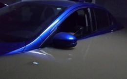 20 ô tô bị nhấn chìm trong tầng hầm sau mưa lụt khủng khiếp