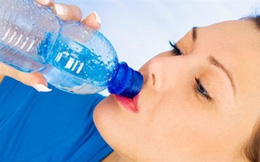 Dừng khẩn cấp quy tắc uống 2 lít nước mỗi ngày