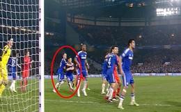 """""""Bận"""" ôm nhau, hậu vệ Chelsea bỏ mặc đối thủ ghi bàn"""