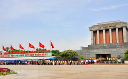 Hàng ngàn người xếp hàng vào Lăng viếng Bác nhân dịp sinh nhật lần thứ 125 của Người